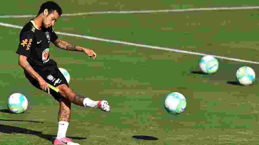 Neymar com a nova chuteira da Nike, a Nike Mercurial Vapor 11 -  AFP PHOTO / Nelson ALMEIDA