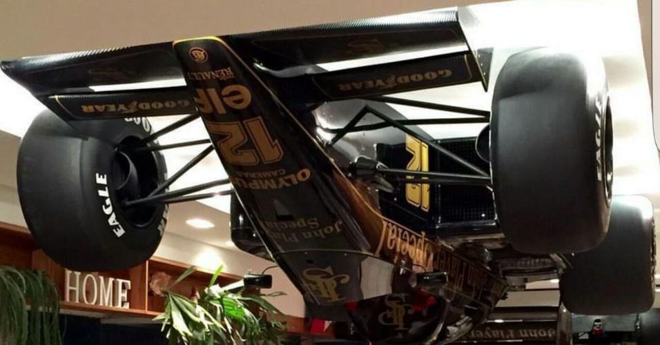 Réplica da Lótus de Ayrton Senna presa no teto feita pelo designer Adhemar Cabral