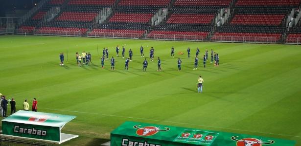Elenco do Flamengo treina no Estádio Ilha do Urubu, nome escolhido pela torcida à arena