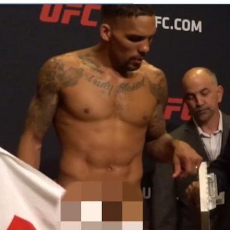 Eryk Anders ficou pelado durante pesagem para o UFC On Fox 25 - Reprodução/MMA Junkie