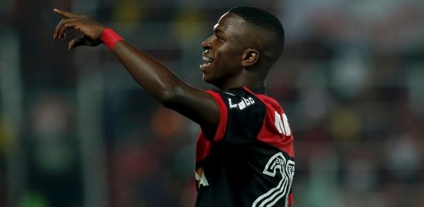 Vinicius Júnior comemora o primeiro gol como profissional do Flamengo