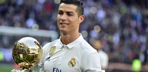 Cristiano Ronaldo posa com a Bola de Ouro do último ano - Gerard Julien/AFP