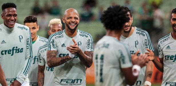 Felipe Melo aplaude Zé Roberto antes do jogo do Palmeiras contra o Botafogo - Ale Cabral/AGIF