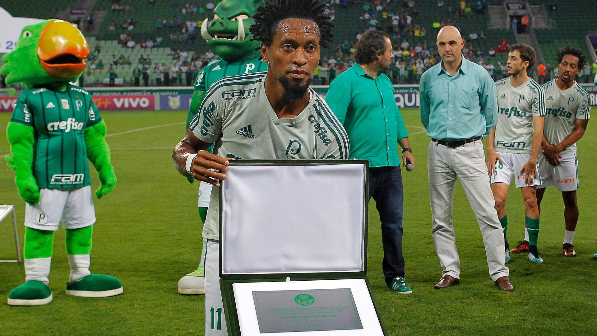 Zé Roberto recebe homenagem antes de Palmeiras x Botafogo, pelo Brasileirão