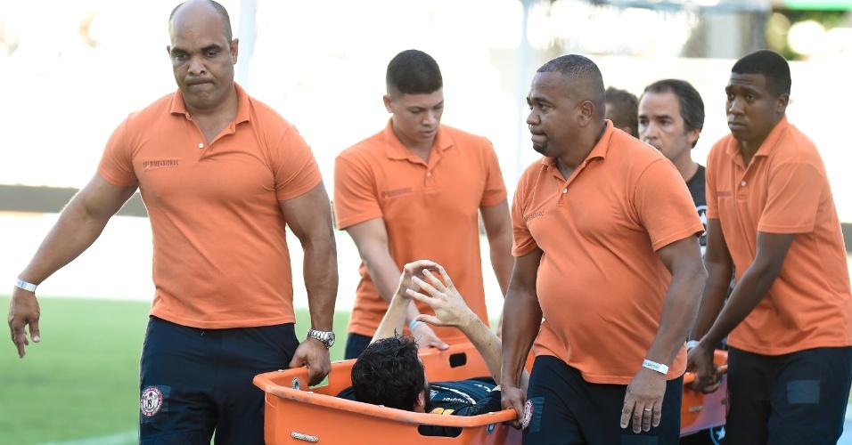 João Paulo, do Botafogo, é retirado de maca do clássico contra o Vasco, no Campeonato Carioca