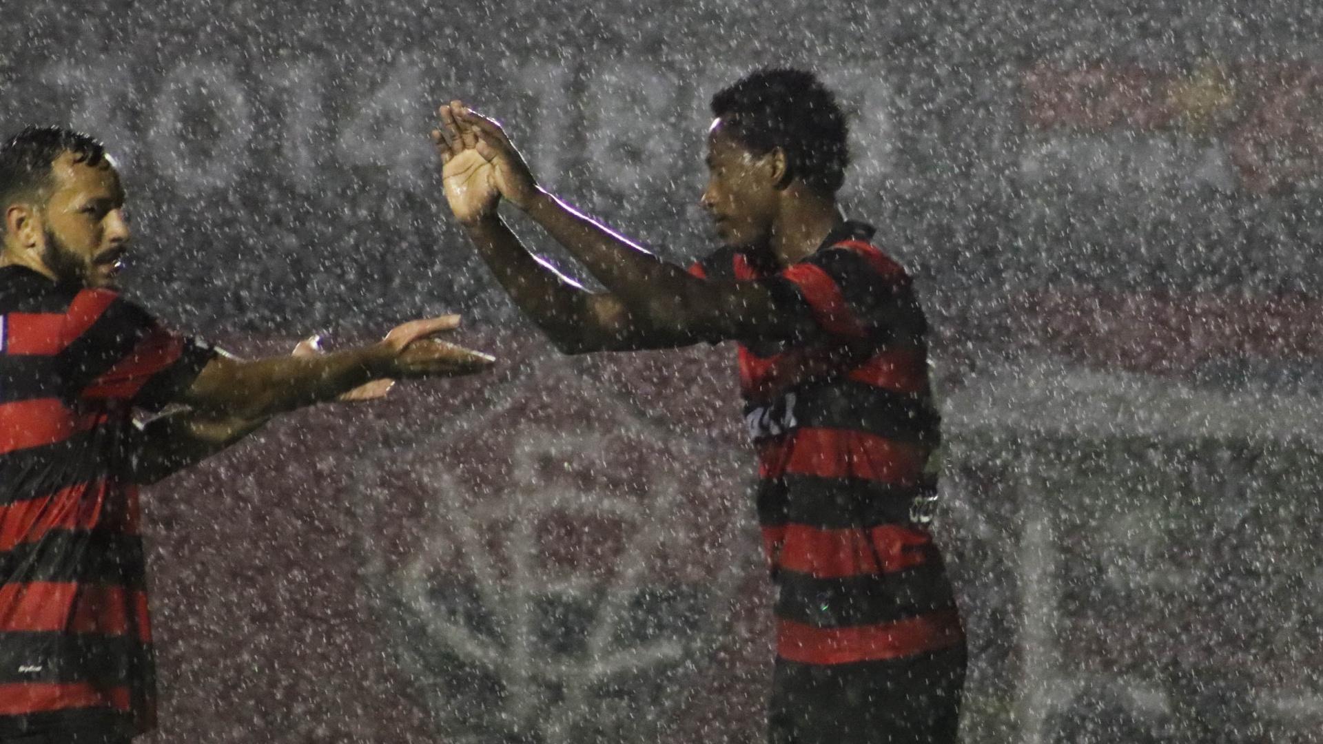 Jogadores do Vitória se cumprimentam em jogo contra o Internacional pela Copa do Brasil 2018