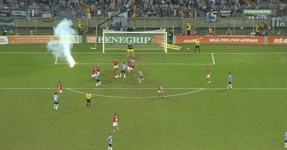 Sinalizador é atirado em campo no último lance do clássico entre Grêmio e Internacional