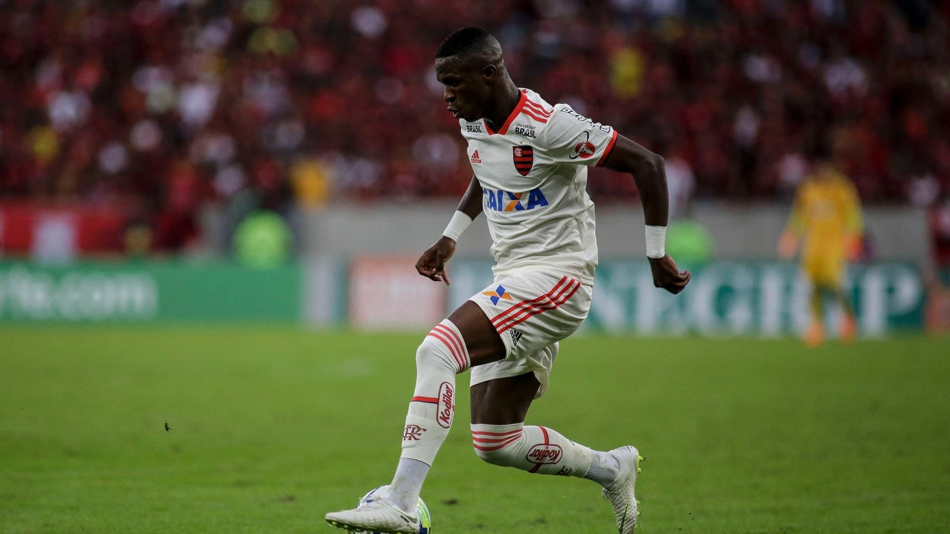Vinicius Junior tenta fazer jogada individual em Flamengo x Bahia