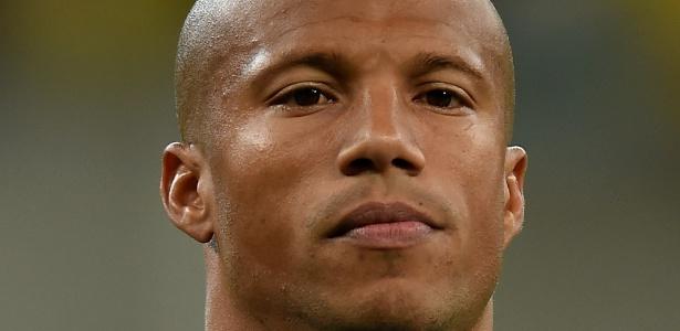 Volante Carlos Sánchez pede três anos de contrato, enquanto Santos propôs dois anos