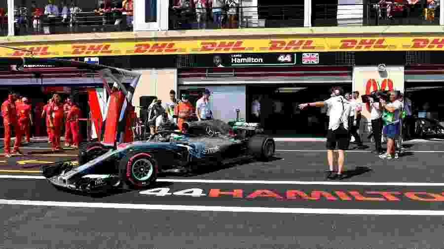 Lewis Hamilton conduz a Mercedes durante o treino livre do GP da França - Gerard Julien/AFP Photo