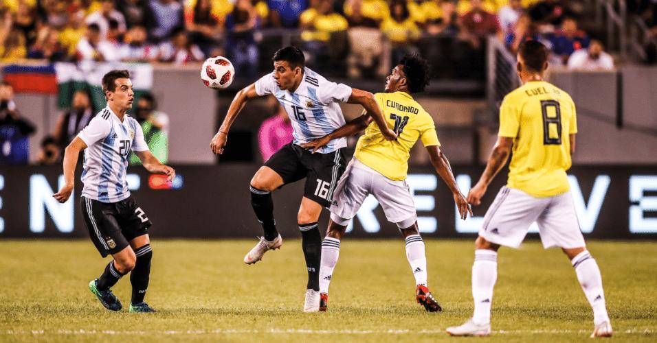 Battaglia disputa bola com Cuadrado durante amistoso entre Argentina e Colômbia