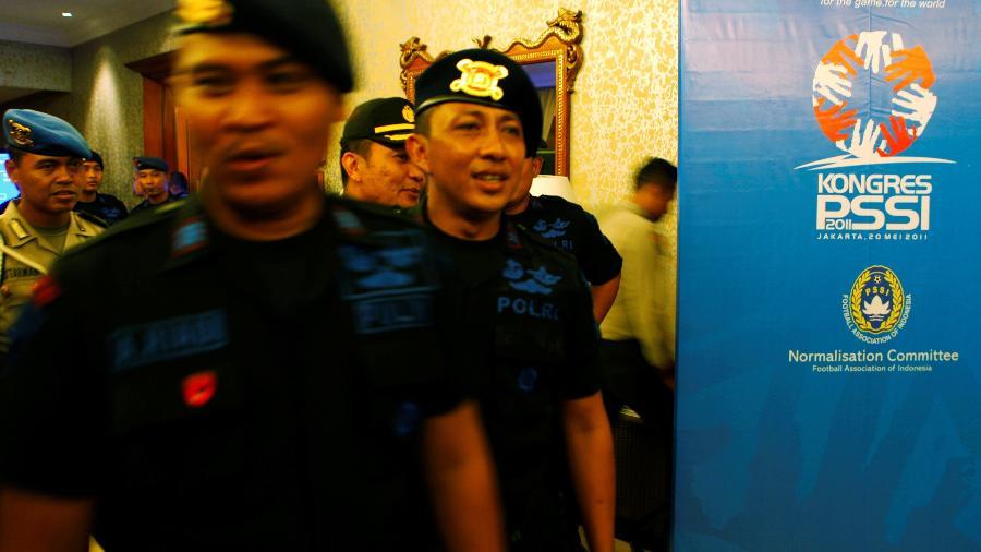Polícia indónesia durante congresso da federação indonésia de futebol em 2011: crise no futebol do país - Beawiharta Beawiharta/Reuters
