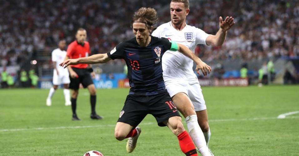 Luka Modric e Jordan Henderson disputam bola durante semifinal da Copa do Mundo 2018