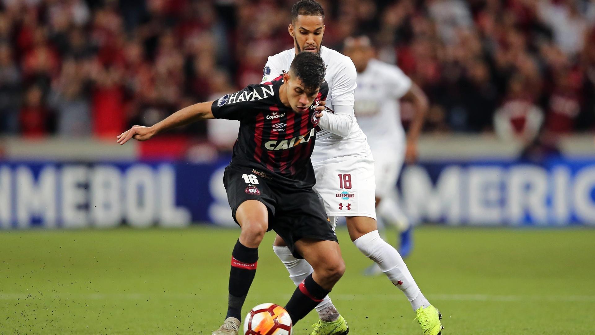 Bruno Guimarães é marcado por Everaldo durante semifinal entre Atlético-PR e Fluminense