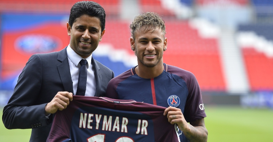 Neymar posa ao lado de dono do PSG