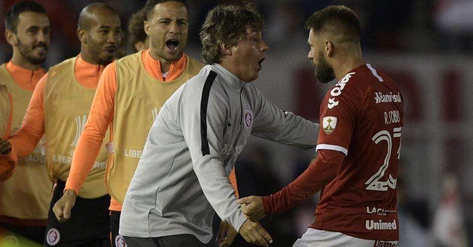 Rafael Sóbis comemora após fazer o gol de empate do Internacional contra o River Plate