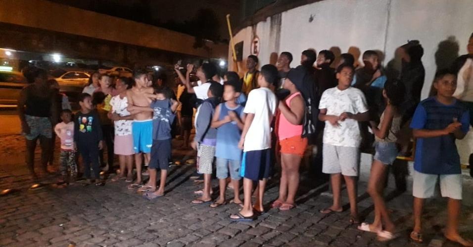 Crianças esperam Neymar na porta de delegacia no Rio de Janeiro