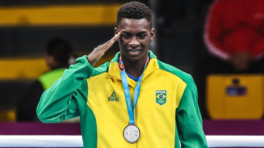 Keno Marley presta continência com a medalha de prata do boxe conquistada no Pan-2019 - Wander Roberto/COB