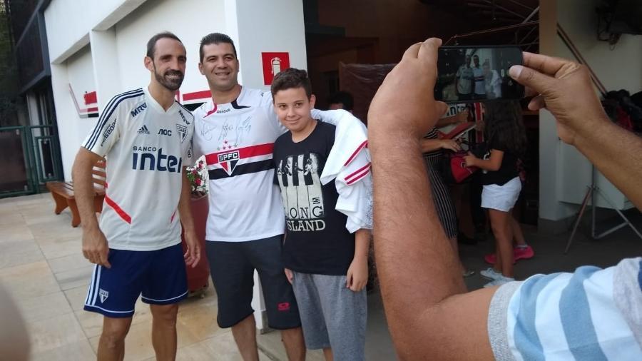 Juanfran posa para foto com torcedores do São Paulo após treino no CT da Barra Funda - Arthur Sandes/UOL