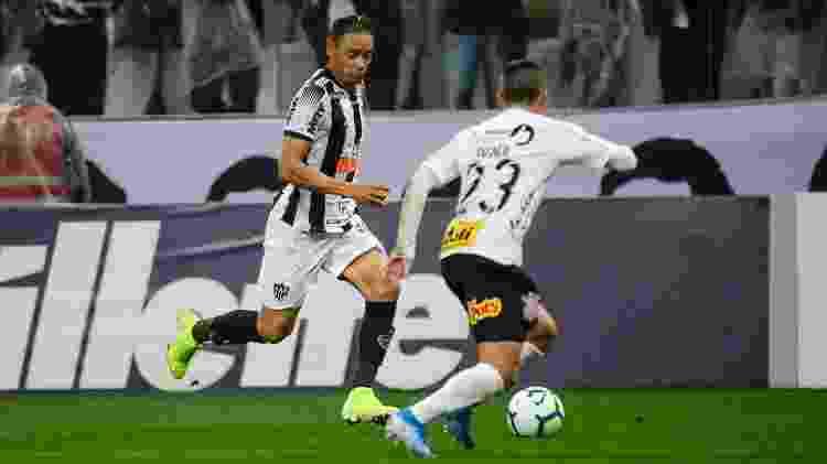 Ricardo Oliveira tenta passar pela marcação de Fagner - Bruno Cantini /Atlético