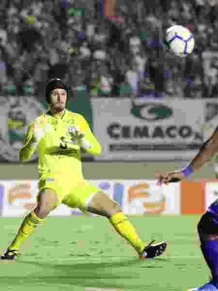 Goleiro Tadeu, do Goiás, em ação na partida contra o Cruzeiro no Serra Dourada - Heber Gomes/AGIF - Heber Gomes/AGIF
