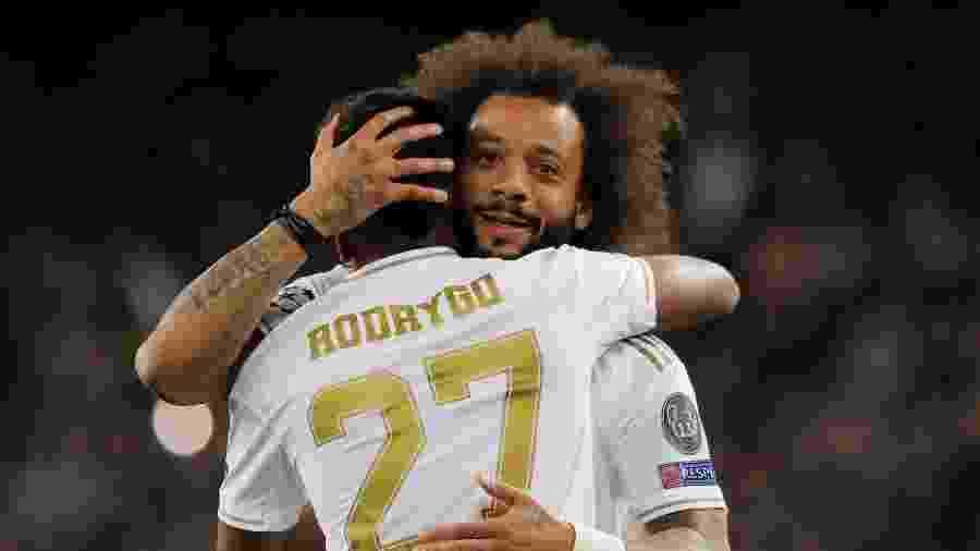 Marcelo abraça Rodrygo, do Real Madrid, durante partida contra o Galatasaray - Susana Vera/Reuters
