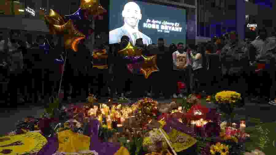 Fãs de Kobe Bryant e dos Lakers fazem vigília nos arredores do Staples Center, em Los Angeles - Amanda Edwards/Getty Images