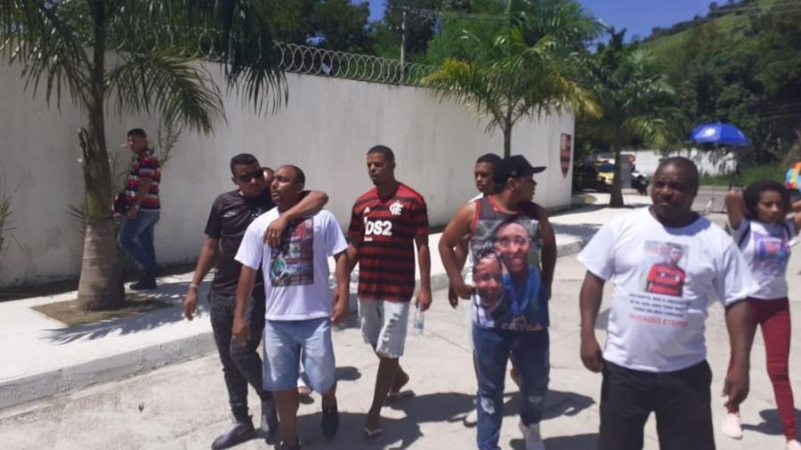 Familiares das vítimas do Ninho do Urubu se encontram em frente ao CT do Flamengo na manhã de hoje, quando tragédia faz um ano - Leo Burlá / UOL Esporte