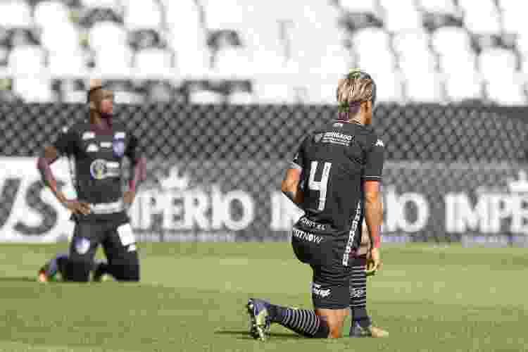 Jogadores do Botafogo se ajoelham em ato contra o racismo na partida contra Cabofriense pelo Campeonato Carioca - DIEGO MARANHÃO/AM PRESS & IMAGES/ESTADÃO CONTEÚDO - DIEGO MARANHÃO/AM PRESS & IMAGES/ESTADÃO CONTEÚDO