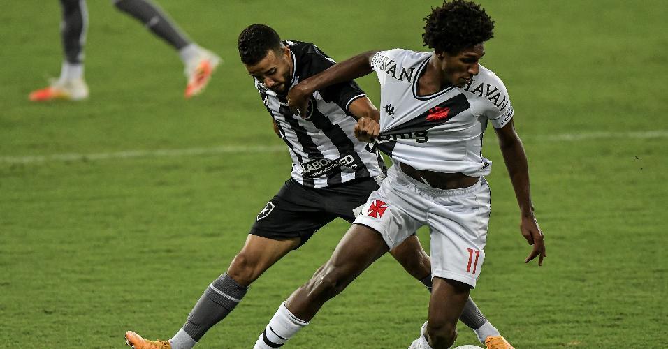 Caio Alexandre, do Botafogo, disputa bola com Talles Magno, do Vasco, em confronto da Copa do Brasil