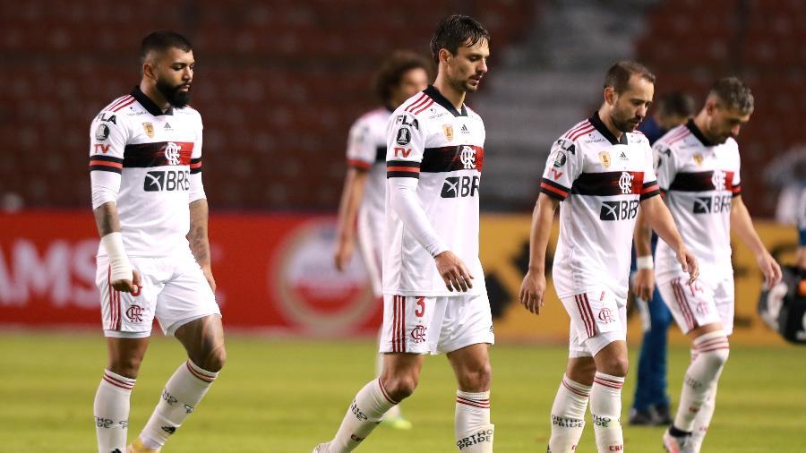 Jogadores do Flamengo deixam gramado cabisbaixos após derrota por 5 a 0 para o Independiente del Valle - José Jácome-Pool/Getty Images