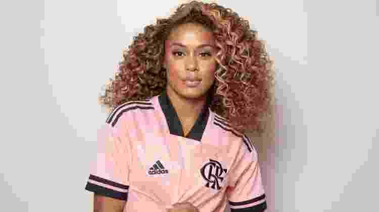 MC Rebecca posa com nova camisa do Flamengo em homenagem ao Outubro Rosa - Divulgação - Divulgação