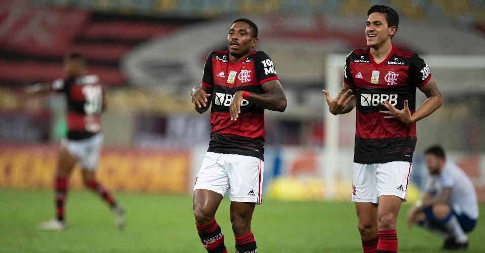 Vitinho e Pedro comemoram gol de virada do Flamengo contra o Bahia, em jogo do Brasileirão