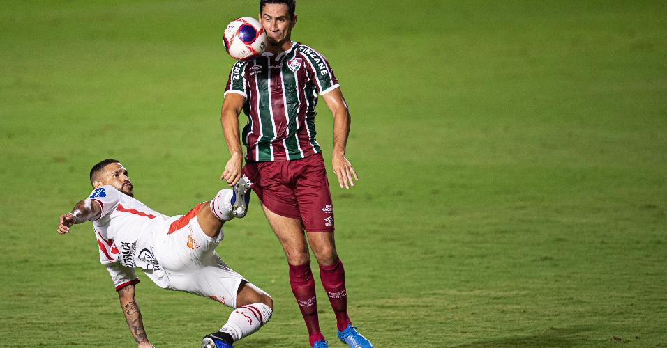 Lucas Lucena e Paulo Henrique Ganso disputam a bola na partida entre Bangu x Fluminense, pelo Campeonato Carioca