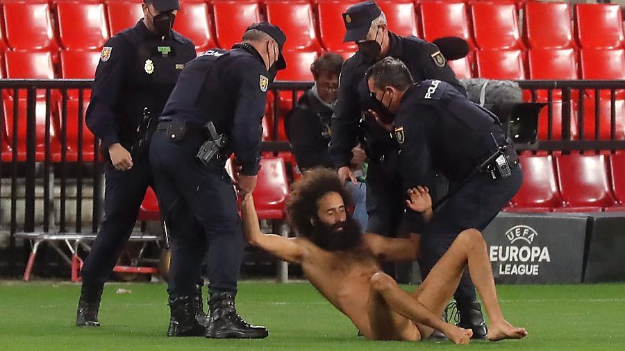 Homem nu invadiu o gramado de Granada x Manchester United - JON NAZCA/REUTERS