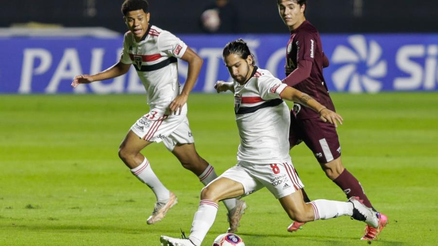 Benítez com a bola durante partida do São Paulo - Marcello Zambrana/AGIF