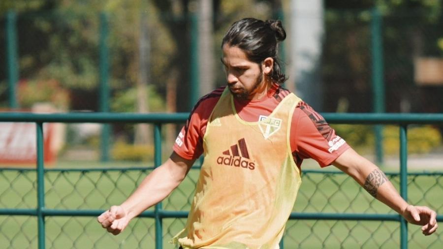 O meia cumprirá suspensão e não joga o clássico contra o Palmeiras - Erico Leonan / saopaulofc