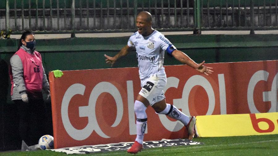 Carlos Sánchez, jogador do Santos, comemora seu gol durante partida contra o Chapecoense, no estádio Arena Condá. - Renato Padilha/Renato Padilha/AGIF