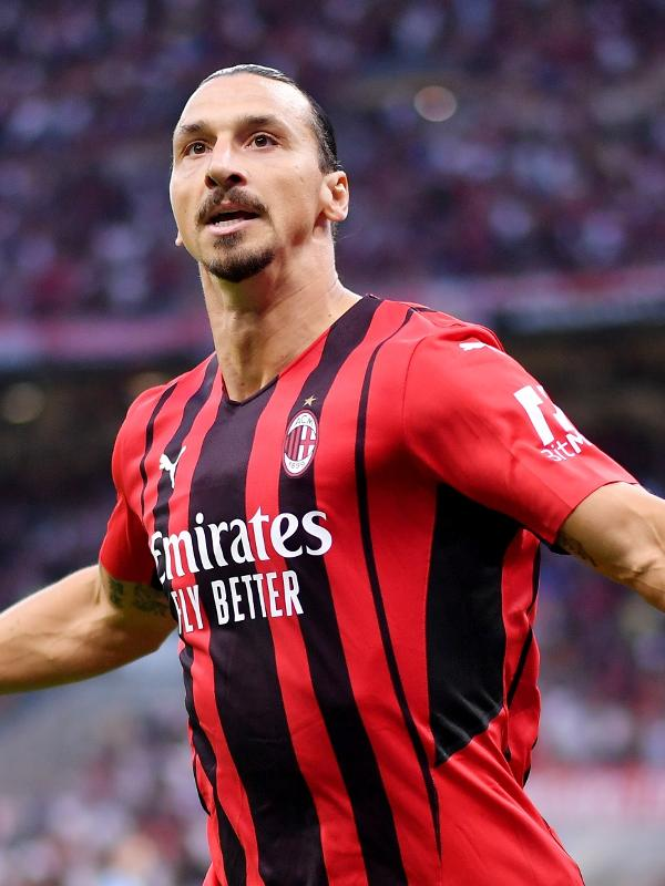 Ibrahimovic comemora gol marcado com a camisa do Milan diante da Lazio