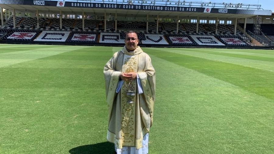 Vascaíno, padre Julinho benze São Januário antes da partida onde Vasco venceu o Brusque em Santa Catarina - Arquivo Pessoal