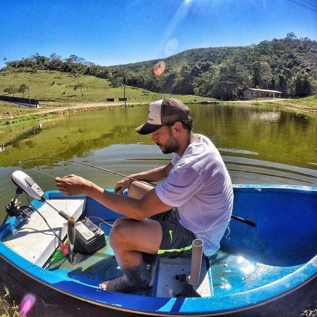 Fred, atacante do Fluminense, posta foto com pescando