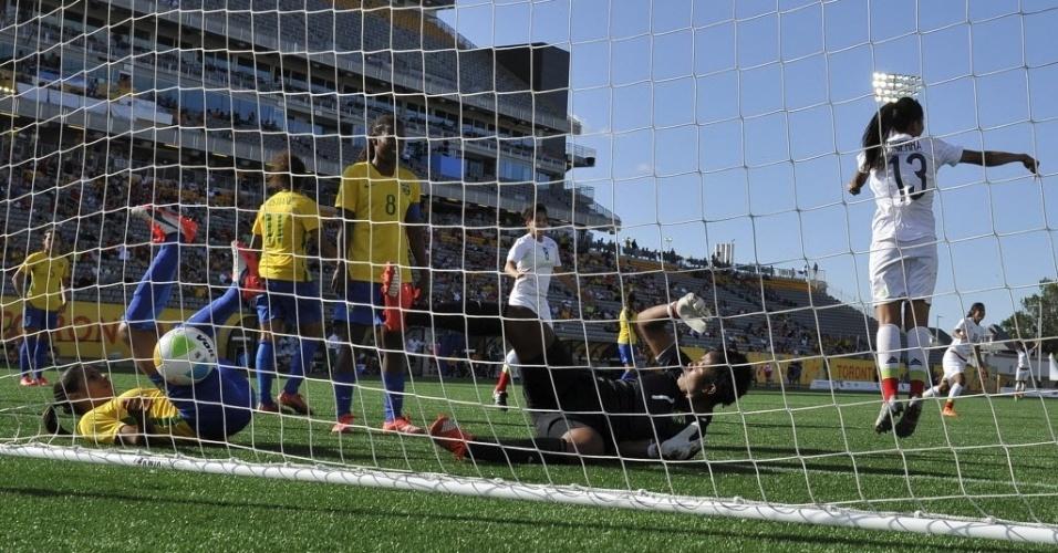 Goleira brasileira faz gol contra e cai dentro da meta no primeiro gol do México