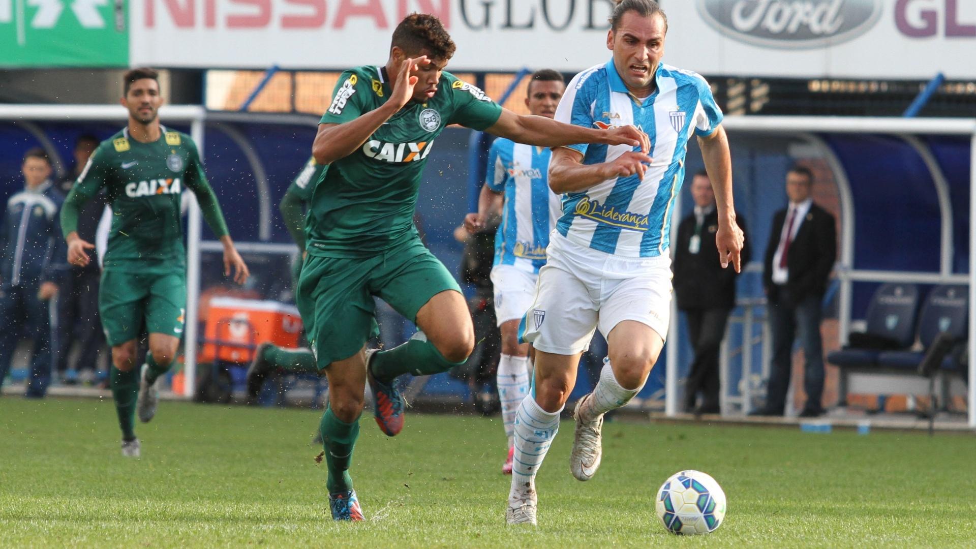 Léo Gamalho (dir.), do Avaí, disputa a bola com jogador do Coritiba, durante partida neste domingo (6), pela Série A do Campeonato Brasileiro