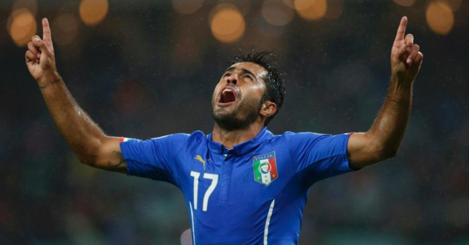 Eder, brasileiro naturalizado italiano, comemora o gol marcado pela seleção europeia contra o Azerbaijão, em jogo válido pelas Eliminastórias da Euro 2016