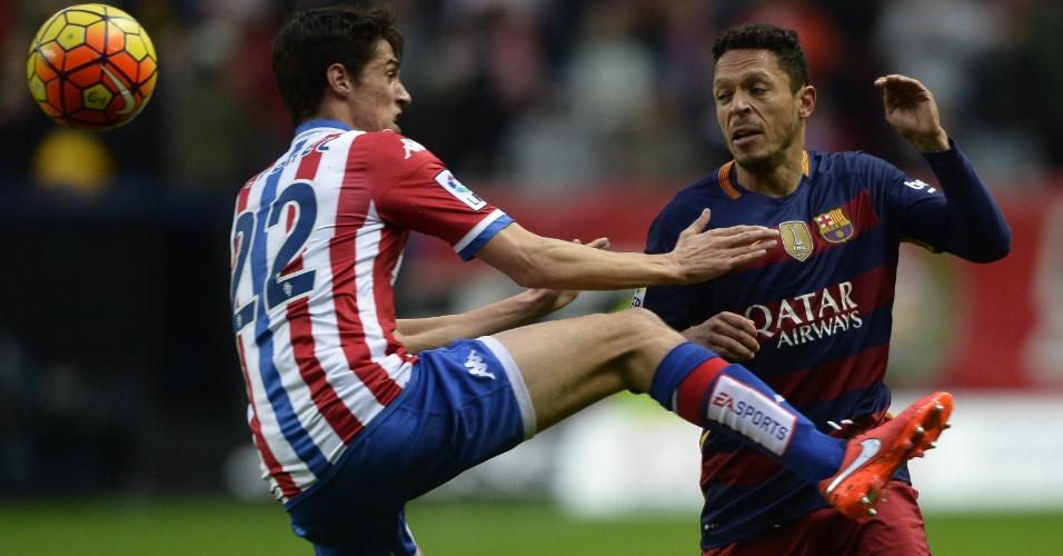 Adriano tenta jogada para o Barcelona contra o Sporting Gijón pelo Campeonato Espanhol