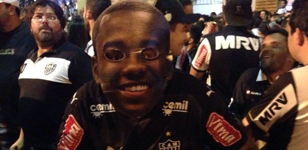 "A ""cara"" do Galo. Máscaras com rosto dos jogadores viram febre na torcida atleticana - Thiago Fernandes/UOL Esporte"
