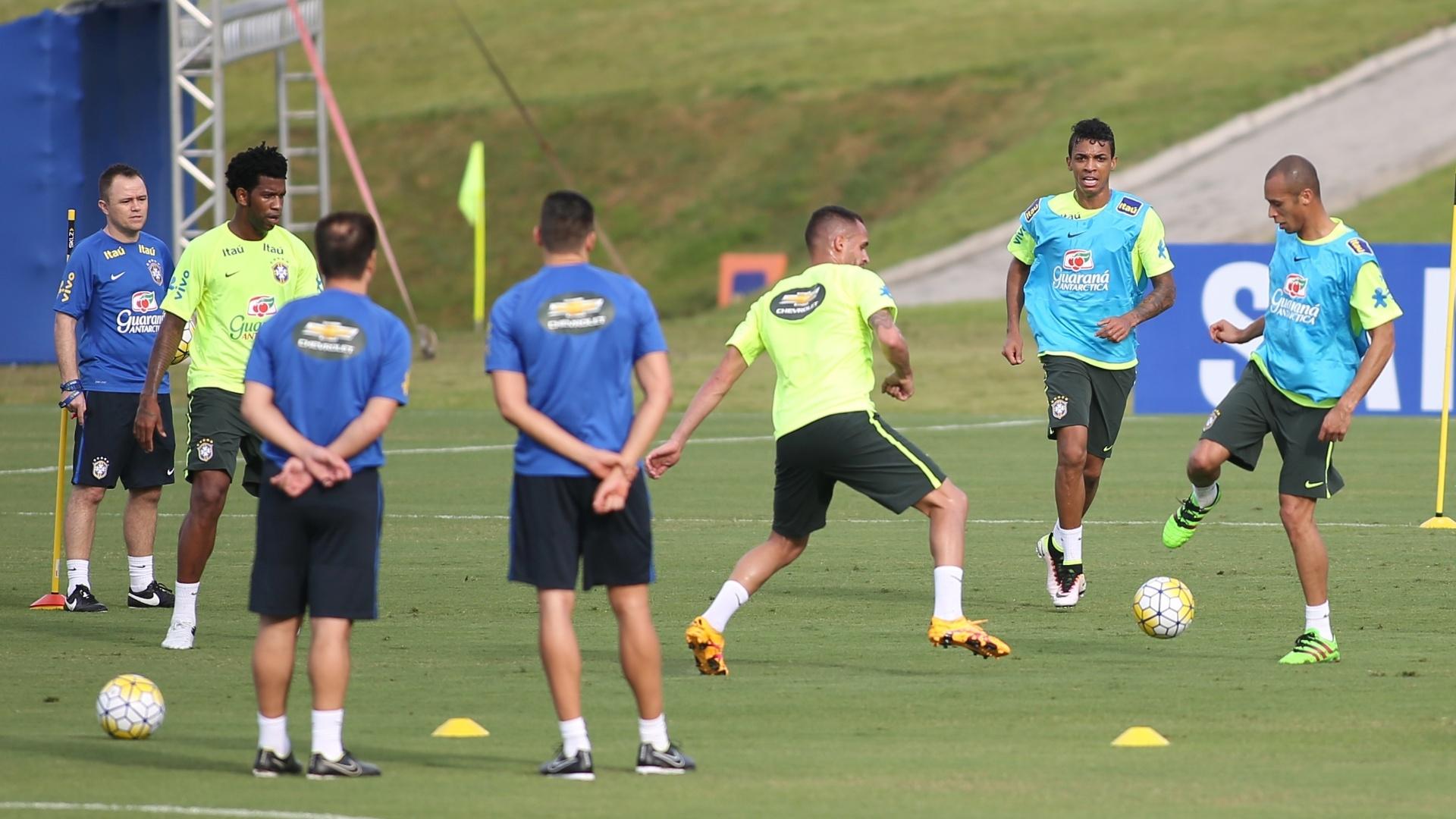 Jogadores da seleção dividem treino em campo reduzido na Granja Comary