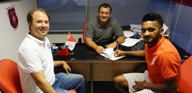 Departamento de futebol é tocado por Marcos Marino (esq) e Carlos Pellegrini (centro) - Divulgação/SC Internacional