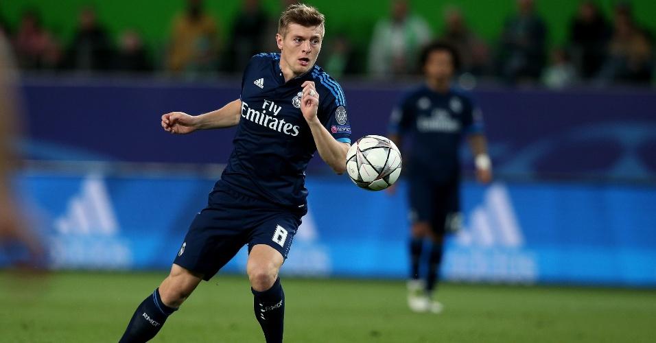 Toni Kroos tenta dar passe em profundidade na partida entre Real Madrid e Wolfsburg