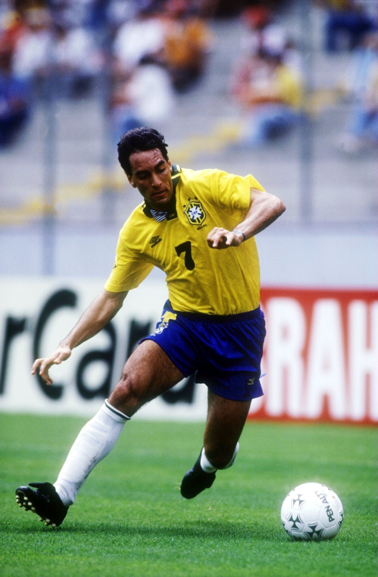 Edmundo em ação pela seleção brasileira